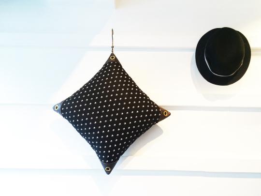 blk cushion2